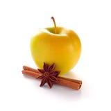Apple amarillo con el palillo y el anís de canela Imágenes de archivo libres de regalías