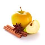 Apple amarillo con las especias imagen de archivo libre de regalías