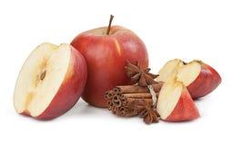 Apple, anijsplant en kaneel op witte achtergrond wordt geïsoleerd die Royalty-vrije Stock Foto's