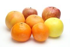 Apple, apelsin och grapefrukt i en vit bakgrund arkivfoto
