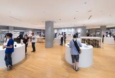 Apple armazena na alameda de Suria KLCC, Kuala Lumpur Imagem de Stock Royalty Free