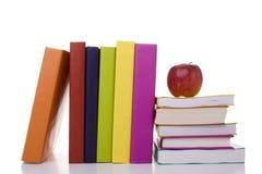 Apple au-dessus d'une pile de livres images stock