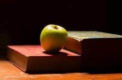 Apple auf antikem Buch Lizenzfreie Stockfotos