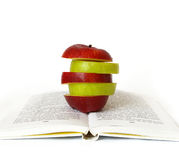 Apple auf dem Buch lizenzfreies stockbild