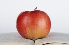 Apple auf dem Buch Stockbilder