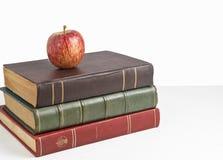Apple auf den Büchern Lizenzfreies Stockfoto