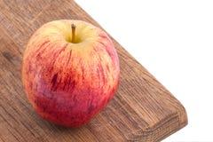 Apple auf einem Schneidebrett Stockfotos