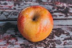 Apple auf einer alten Tabelle Stockbild