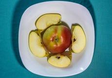Apple auf einer Platte mit Scheiben Stockfoto