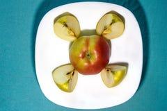 Apple auf einer Platte mit Scheiben Stockbild