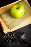 Apple auf einer Tafel Stockbild