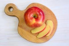Apple auf geformtem Brett des Apfels Stockbild