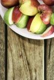 Apple auf Holztisch Lizenzfreies Stockfoto
