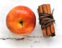 Apple auf Holztischbestandteilzimtstangen stockbilder
