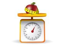 Apple auf Küchenahrungsmittelskala lizenzfreie abbildung