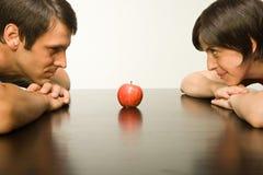Apple auf Tabelle zwischen Paaren Stockfoto