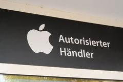 Apple Autorisierter Händler sign, German for authorized dealer. Mannheim, Germany - August 23, 2017: Apple Autorisierter Händler sign, German for authorized Royalty Free Stock Photos