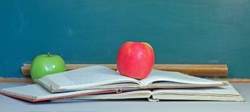 Apple av kunskap, green och red Arkivbilder