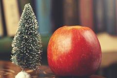 Apple avec l'arbre de sapin image libre de droits