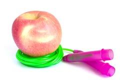 Apple avec la corde de saut d'isolement Photos stock