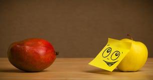 Apple avec la note de post-it regardant la mangue photo libre de droits