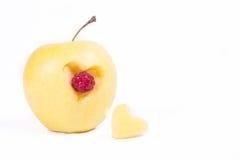 Apple avec le coeur d'isolement sur le blanc Images stock