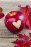 Apple avec un coeur Images stock