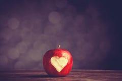 Apple avec un coeur a coupé en lui Photographie stock libre de droits