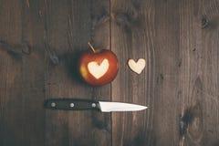 Apple avec un coeur a coupé en lui Photo stock