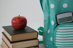 Apple, Bücher, Taschenrechner und Schultasche auf weißem Hintergrund Stockfotos
