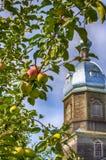 Apple-Badekurorte, die Transfiguration des Lords Apfelbaum auf dem Hintergrund einer hölzernen Kirche in Russland Religiöser Feie lizenzfreie stockbilder