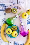 Apple-Banane-Kiwi Smoothiecocktail stockbild
