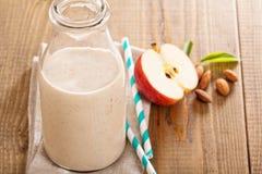 Apple-Bananen-Zimt Smoothie Stockfotos