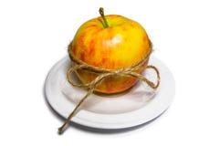 Apple band med tvinnar på en vit platta (den bästa främre sikten) Fotografering för Bildbyråer