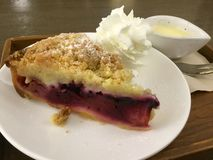 Apple Berry Crumble med piskat royaltyfria bilder