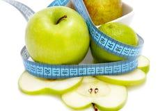 Apple-Birne mit dem Messen Stockfotos