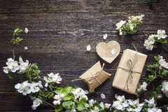 Apple blühen und Geschenkboxen auf dunklem hölzernem Hintergrund Kopieren Sie Badekurort Stockbilder