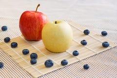 Apple, bonkreta, jagody na białym tle Zdjęcia Royalty Free