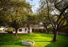 Apple-boomgaard in het dorp van Calvados, Normandië, Frankrijk royalty-vrije stock foto