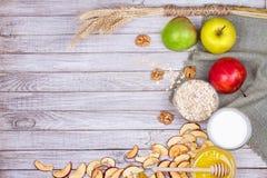 Apple bricht, frische Äpfel, Honig, Milch, Hafer-Flocken und Walnüsse ab stockfotografie