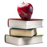 Apple brillant rouge empilent des livres de livre colorés d'isolement Photo libre de droits
