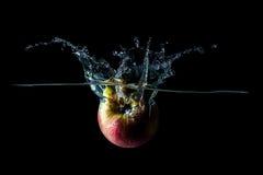 Apple cae en el agua Foto de archivo