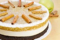 Apple-cake met pijpjes kaneel Stock Afbeeldingen