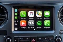 Apple CarPlay apps op het scherm in autodashboard royalty-vrije stock foto's