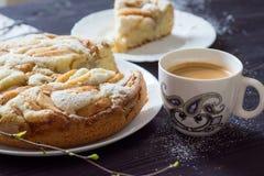 Apple charlotte kaka med kaffekoppen Arkivfoto