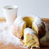 Apple charlotte paj med kopp te Fotografering för Bildbyråer