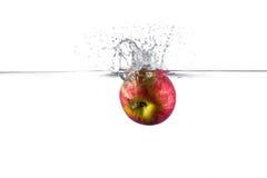 Apple che spruzza nell'acqua Immagine Stock