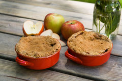 Apple-Chips mit Eiscreme Stockbild