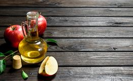 Free Apple Cider Vinegar With Fresh Apples Royalty Free Stock Images - 141828959