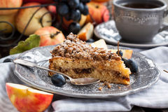 Apple and cinnamon crumble cake Royalty Free Stock Photography